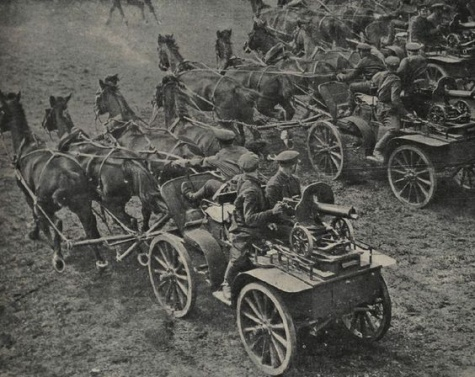 Tačanka, sovětský vůz tažený koňmi, s kulometem