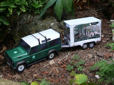 Land Rover Defender 110 s ekovýchovným přívěsem / MalyStrazce.cz / 1:32